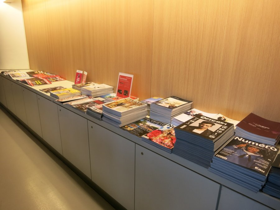 Air France Business lounge CDG 2E (L), magazines_01.JPG