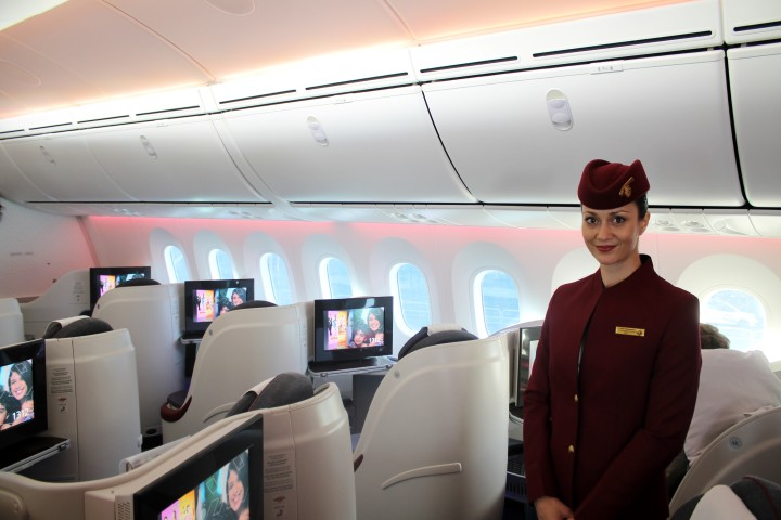 Qatar Airways flygvärdinna i Business Class kabinen på Boeing 787 Dreamliner